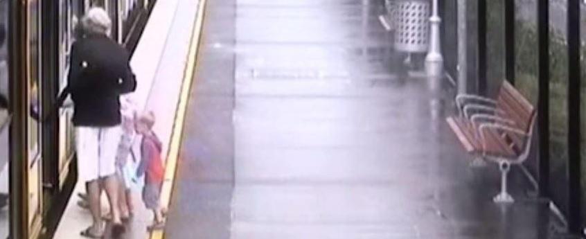 Menino escorrega e cai no vão entre trem e plataforma; vídeo