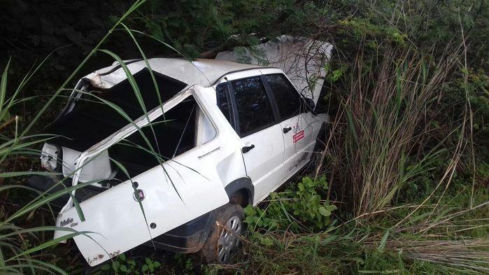 Motorista perde o controle de veículo e carro fica preso em matagal