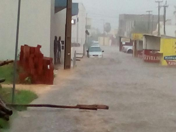 Chuva forte alaga ruas, derruba muros e árvores em Oeiras