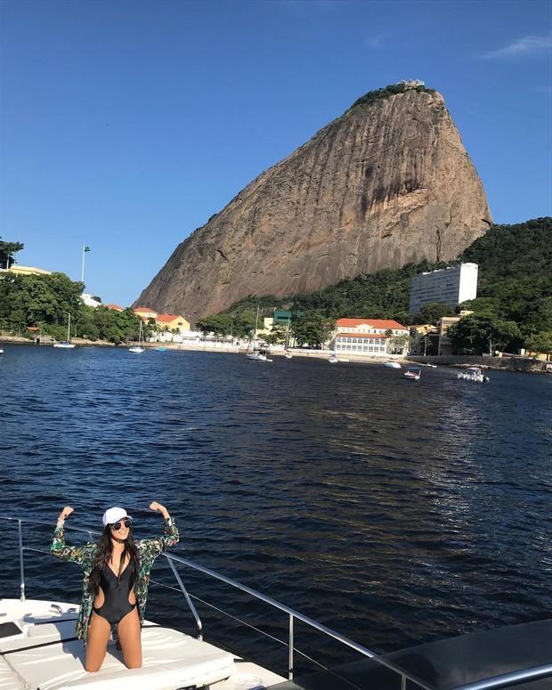 Emilly Araújo curte passeio de iate no Rio com a família