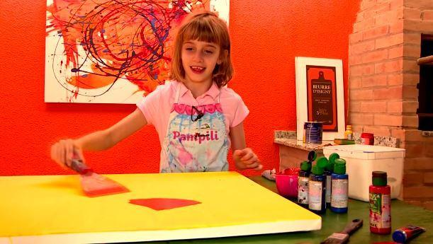 Pintora mirim vende quadros para pagar cirurgia de amigo cego