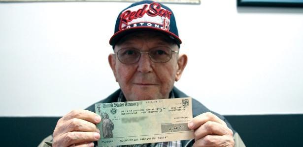Governo paga dívida com morador com cheque de US$ 0,02