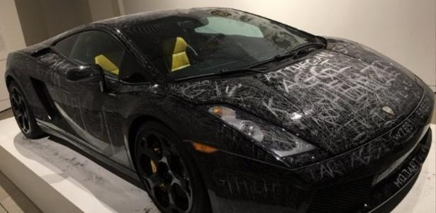 Museu deixa visitantes riscarem carro de luxo em exposição