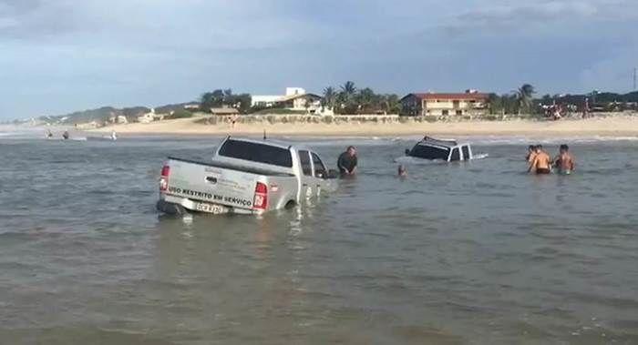 Carros do Detran atolam e quase são levados pelo mar