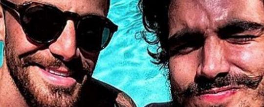 Caio Castro e Felipe Titto posam só de sunga e enlouquecem fãs