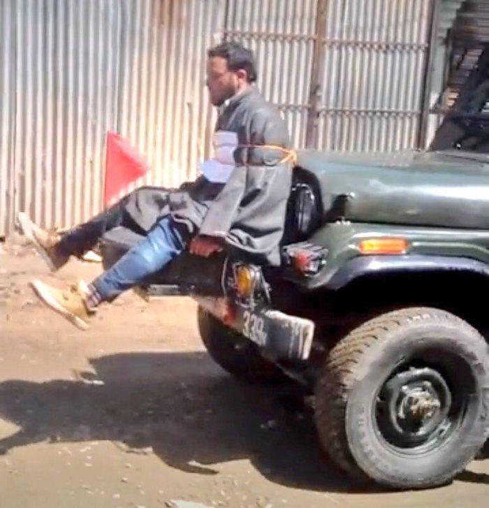 Homem usado como escudo humano na India (Crédito: Reprodução)