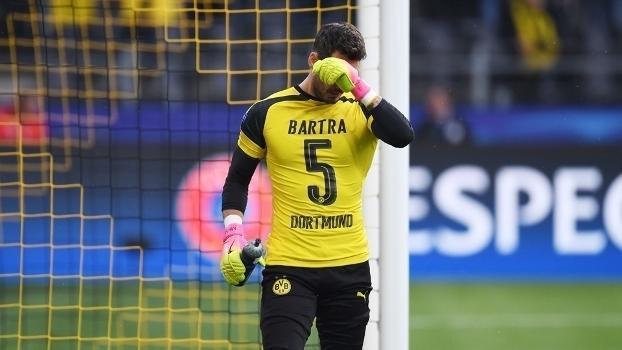 O goleiro Roman Burki vestiu a camisa de Bartra, que foi para o hospital após o atentado (Crédito: Getty)