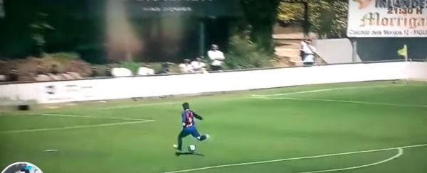Menino do sub-11 do Barça aproveita comemoração do Real e faz gol