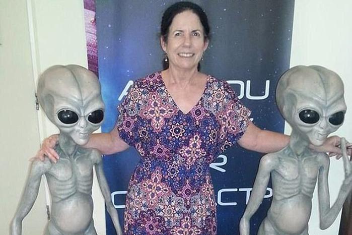 """Mulher diz que é """"meio-ET"""" e que visita os aliens todo o mês"""