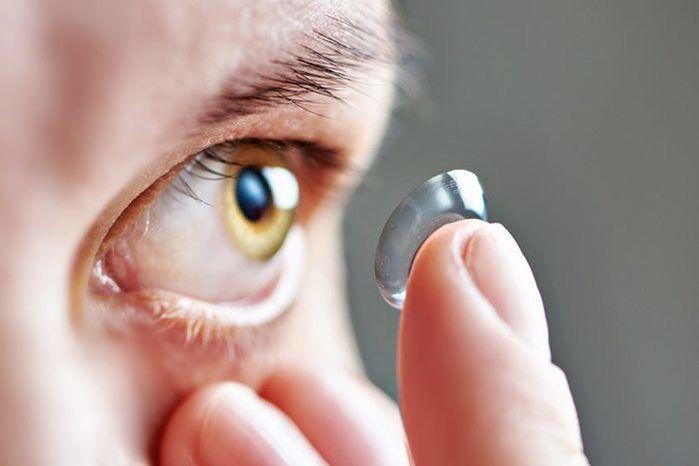Mulher fica cega após colocar lente de contato com as mãos molhadas