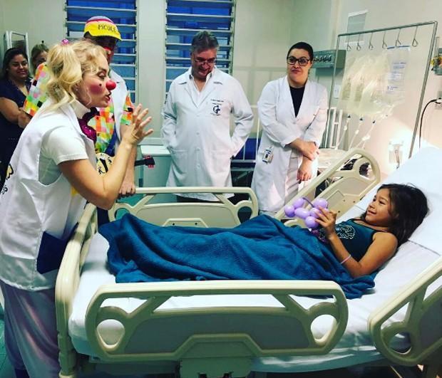 Vestida de palhaço Angélica anima crianças com câncer