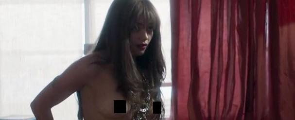 Cena topless de Sophie Charlotte agita a web na estreia de série