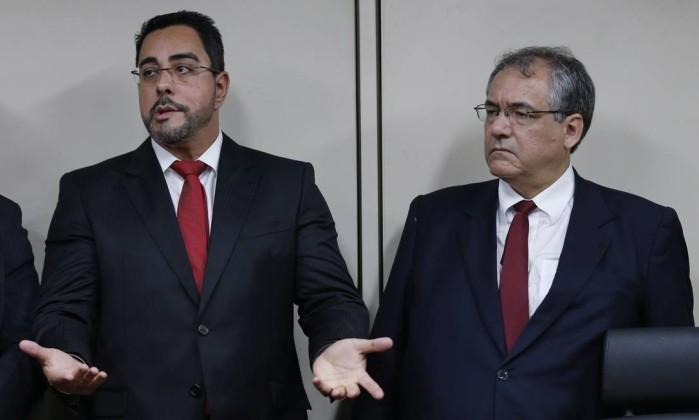 André Fontes, anuncia reforço na segurança do juiz Marcelo Bretas (à esq.)