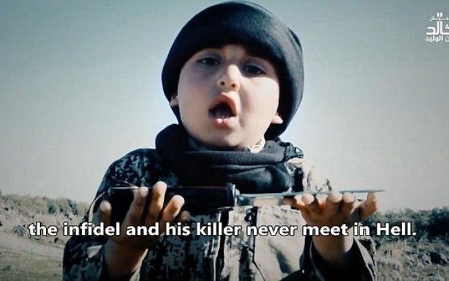 Terroristas mostram criança de 6 anos participando de decapitação