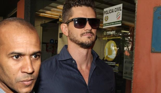 Marcos chegando para prestar depoimento no Rio de Janeiro