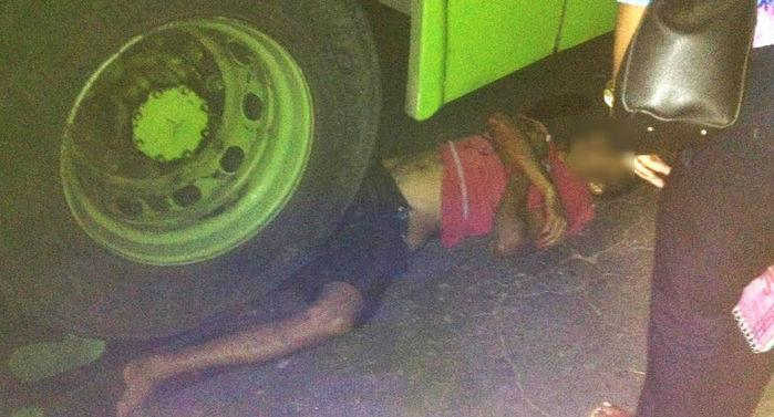 Homem ficou literalmente embaixo do ônibus (Crédito: Divulgação)