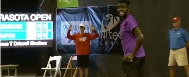 Gemidos de casal fazendo sexo atrapalham partida de tênis; vídeo