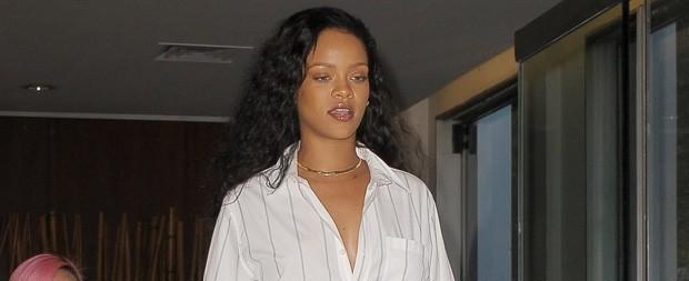 Sem animação, Rihanna assiste a show de Gaga e fãs zoam na Internet