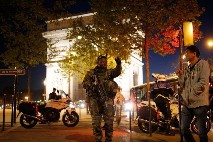 Tiroteio na Champs-Élysées deixa policial morto