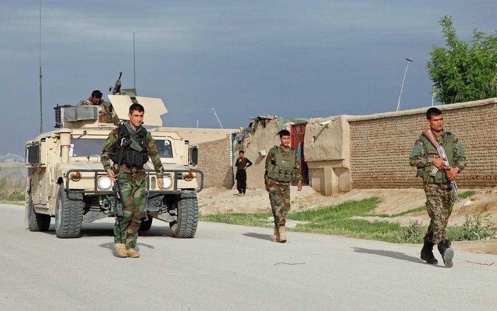 Tropa do Exército Nacional Afegão se aproxima de base atacada no norte do país (Crédito: Reuters)