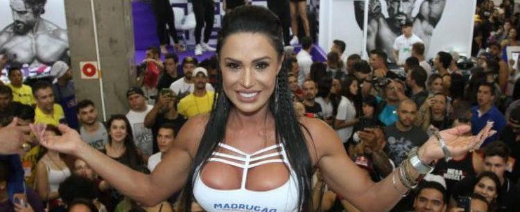 Gracyanne Barbosa é escoltada por seguranças e rouba cena em feira