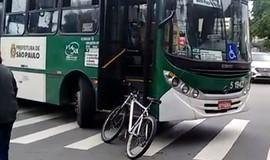 Ciclista é atropelado por ônibus e fica em estado grave
