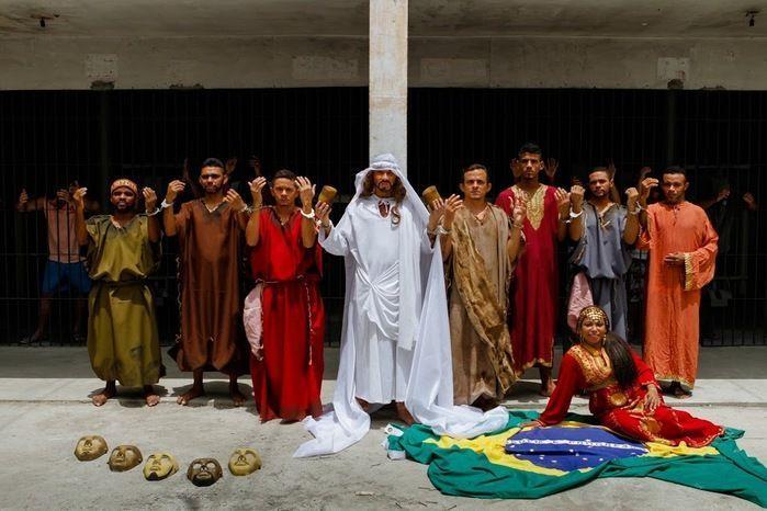 """Detentos que fazem parte da peça """"Justiça"""" (Crédito: Reprodução)"""
