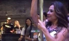 Aos 43, Scheila Carvalho mostra corpão e se arrisca no pole dance