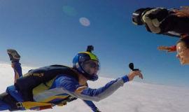 Milena Toscano é pedida em casamento durante salto de paraquedas