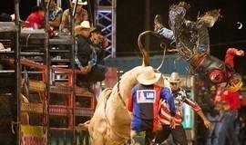 Peão desmaia e é hospitalizado após cair e torcer pescoço em arena