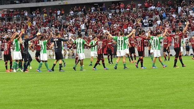 Jogadores de Atlético-PR e Coritiba saúdam juntos a torcida após o cancelamento do clássico (Crédito: Gazeta Press)