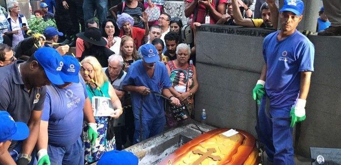Fãs e parentes estiveram presentes no enterro de Jerry Adriani (Crédito: G1)