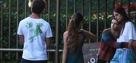 Bruna Linzmeyer e namorada se encontram com Isis Valverde no Rio