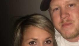 Mulher espreme espinha antiga do marido e vídeo viraliza