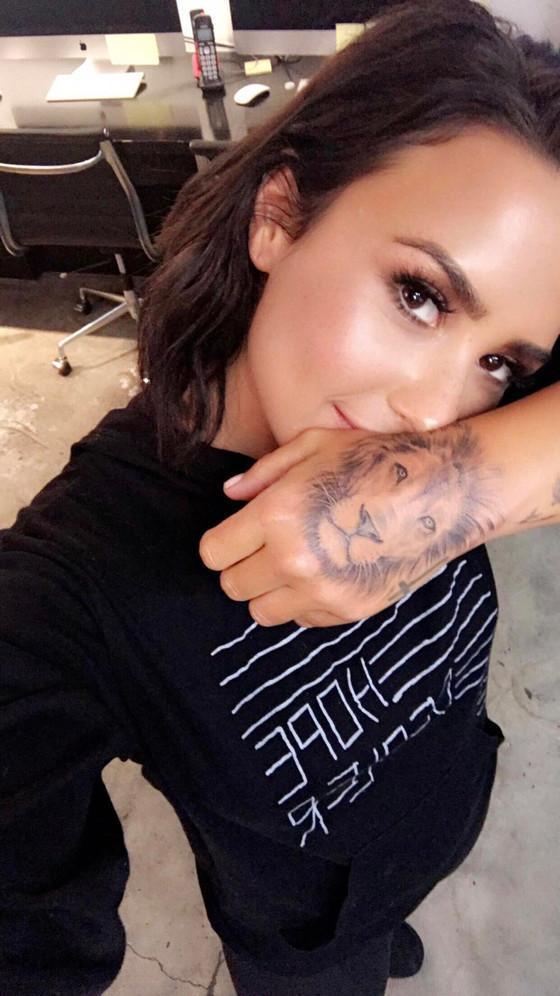 Demi Lovato faz nova tatuagem e mostra resultado aos fãs