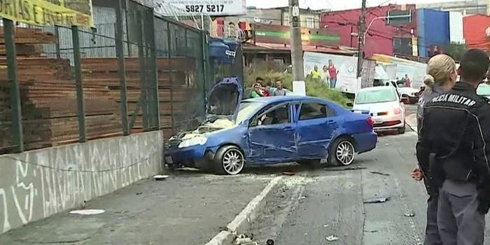 Acidente entre dois carros deixa sete pessoas feridas e um morto