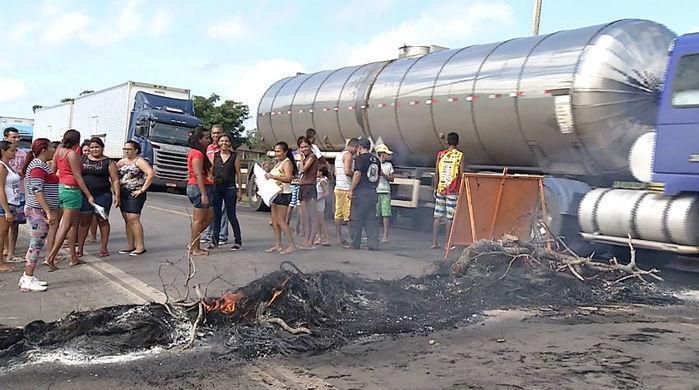 Rodovia ficou bloqueada por 3 horas (Crédito: Reprodução)