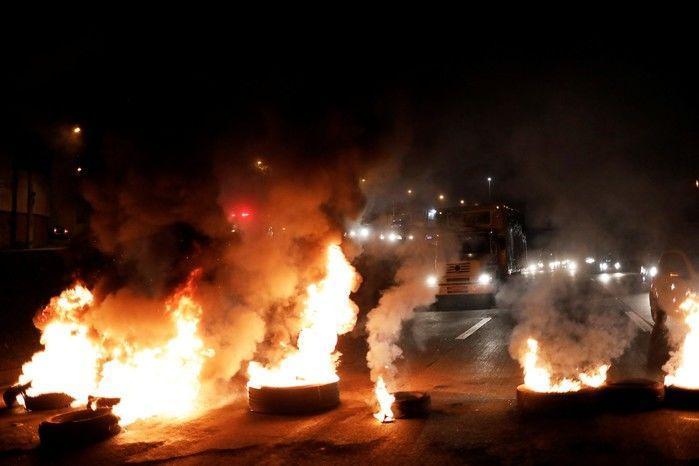 Barricada em chamas bloqueia a Rodovia Presidente Dutra, no trecho de São Paulo, no início da manhã desta sexta-feira (28)