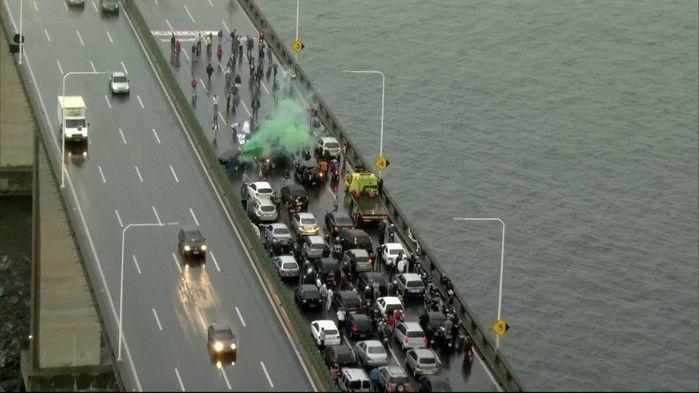 Manifestantes fecham a Ponte Rio-Niterói, sentido Rio, na manhã desta sexta-feira (28)