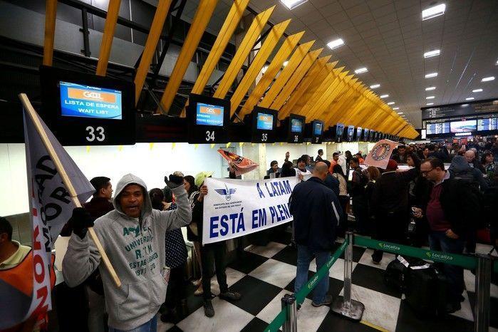 Integrantes do Sindicato dos Aeroviários e da Força Sindical protestam na área interna do Aeroporto de Congonhas, na zona sul de São Paulo, na manhã desta sexta-feira (28).