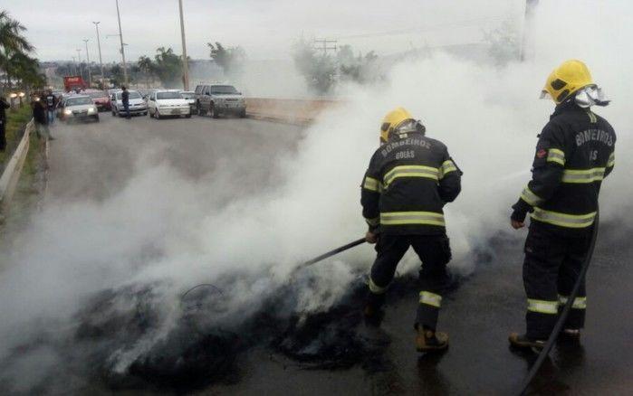 Menifestantes colocaram fogo em pneus na GO-060 em Goiânia, Goiás