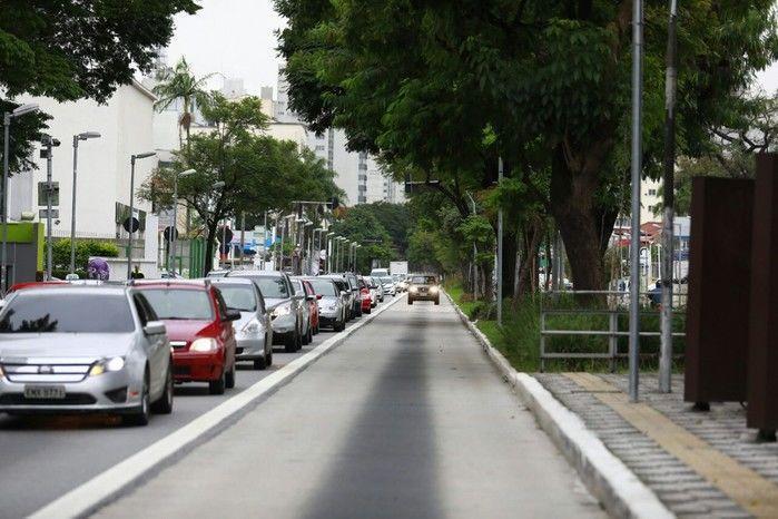 Em dia de paralisação, carro circula em corredor de ônibus em SP. Na cidade, o rodízio e a zona azul foram suspensos e carros de passeio com mais de um ocupante podem andar em faixa exclusiva de ônibus