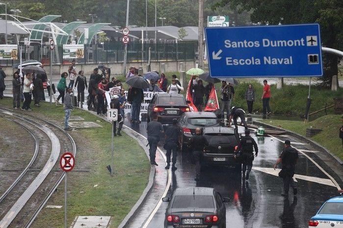 Manifestantes fecham a via de acesso ao Aeroporto Santos Dumont, no Centro do Rio de Janeiro, impedindo a passagem de veículos aos terminais de embarque e desembarque. Com isso, muitas pessoas que têm viagem marcada para a manhã desta sexta-feira estão tendo que caminhar com malas por um trajeto de cerca de 200 metros debaixo de chuva para chegar aos terminais. A ação faz parte do movimento de Greve Geral convocado para esta data em todo o País.