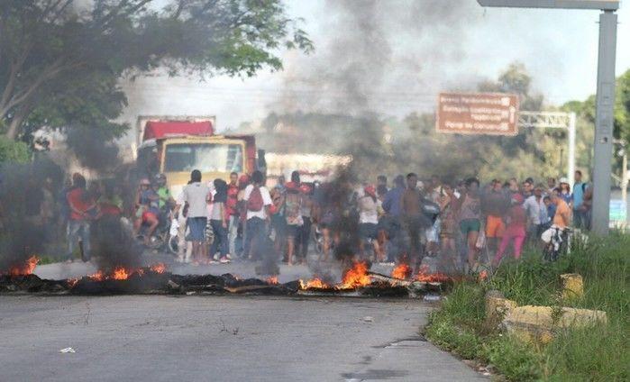 Manifestantes colocaram pneus em chamas e bloquearam a Rodovia BR-232, nas proximidades do Jardim Botânico do Recife, na manhã desta sexta-feira (28)