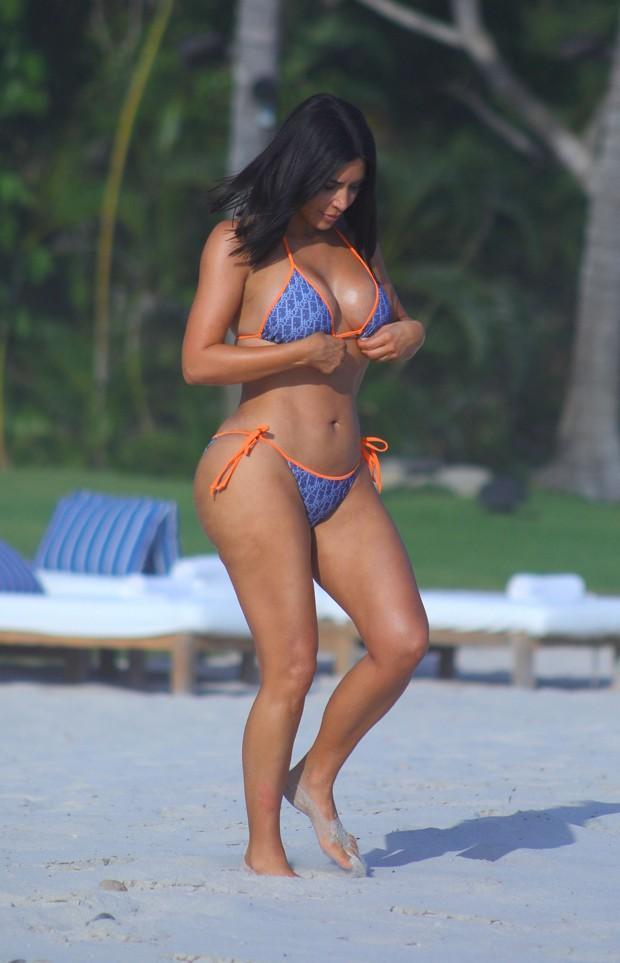 Kim Kardashian exibe boa forma ao lado de irmã no México