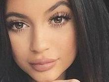 Fãs de Kylie Jenner confundem tattoo com cicatriz de implante