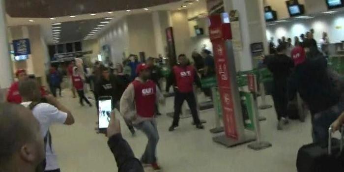 Manifestantes trocam socos e chutes no Aeroporto Santos Dumont