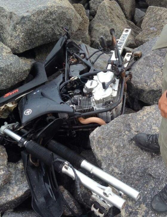 PM resgata moto nas águas do quebra mar de Luiz Correia