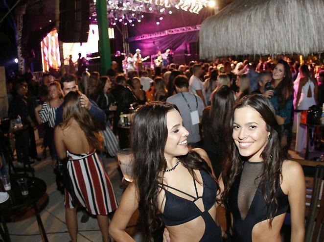 Emilly e Mayla pedem VIPs para conhecer Anitta e Maluma em show