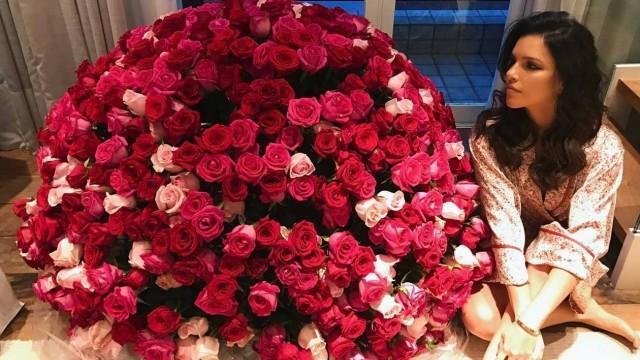 Mariana Rios reata namoro e ganha buquê de flores gigante